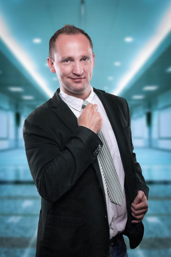 Fotograf Schwarzwald Business Mann mit schwarzem Sakko und Krawatte