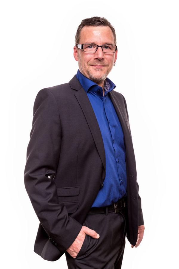 Fotograf Schwarzwald Business Mann mit Brille Sakko blauem Hemd vor weißem Hintergrund